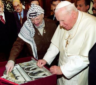 POPE JOHN PAUL II MEETS PALESTINIAN LEADER ARAFAT IN THE VATICAN.